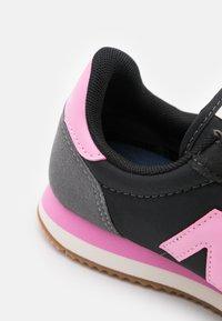 New Balance - Trainers - black/pink - 5