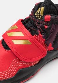 adidas Performance - DEEP THREAT CLOUDFOAM BASKETBALL SHOES - Basketbalové boty - scarlet/gold metallic/core black - 5