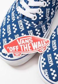 Vans - AUTHENTIC - Sneakersy niskie - true blue/true white - 5