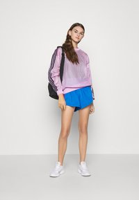 adidas Originals - CREW SPORTS INSPIRED - Langærmede T-shirts - magic berry - 1