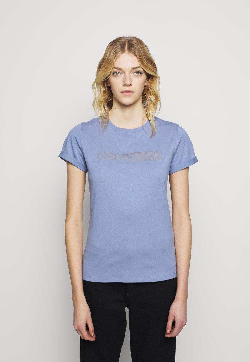 HUGO - THE SLIM TEE - T-shirts med print - bright blue