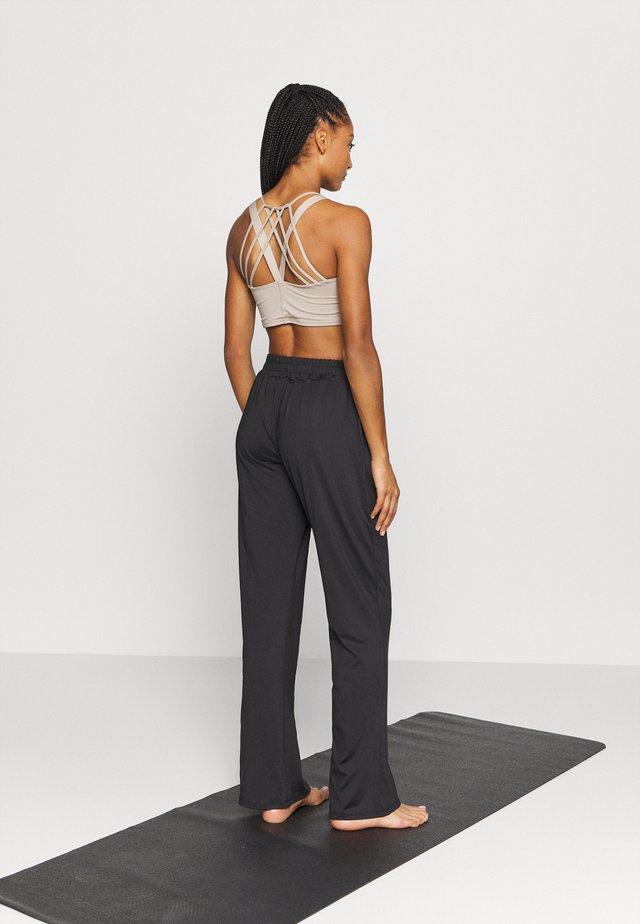 CITY CARGO PANT - Pantalones deportivos - black