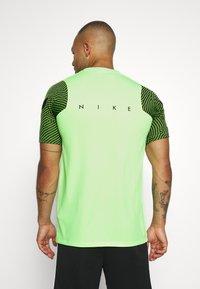 Nike Performance - DRY STRIKE - T-shirts med print - ghost green/cargo khaki/white - 2
