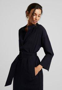 And Less - NEW CAJA DRESS - Denní šaty - blue nights - 3