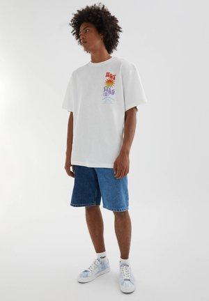 MIT FARBLICH ABGESETZTEM TEXT - Print T-shirt - white