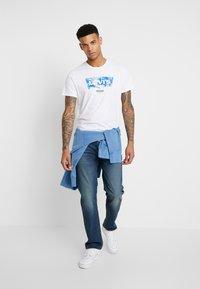 Levi's® - T-shirt z nadrukiem - world white - 1