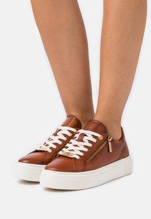 INFINITY - Sneakers - cognac