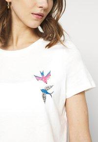 Vero Moda - VMMILIZAFRANCIS  - T-shirts med print - snow white - 5