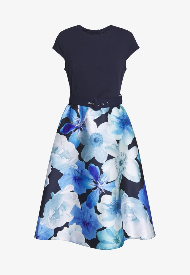 LUXE FLORAL SOLID BODICE BELTED MIDI DRESS - Kjole - blue