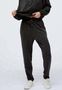 OYSHO - Teplákové kalhoty - black - 0