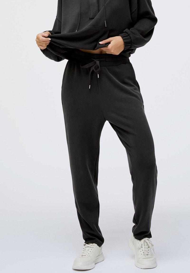 OYSHO - Teplákové kalhoty - black