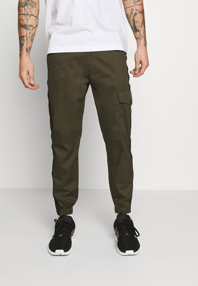 MASON PANTS - Cargo trousers - army