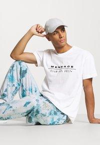 Mennace - CLUB TENNIS COURT UNISEX - Print T-shirt - white - 4