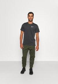 Nike Performance - HYPER DRY - Print T-shirt - black/iron grey/heather/white - 1