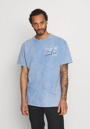 SIGNATURE SEASON ACID WASH - T-shirt med print - light blue