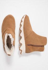 Sorel - KINETIC SHORT - Winter boots - camel brown/natural - 3