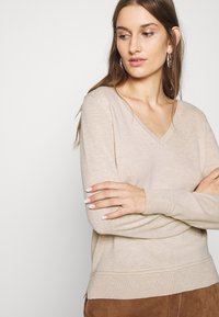 Selected Femme - SLFINKA VNECK - Jumper - birch melange - 4