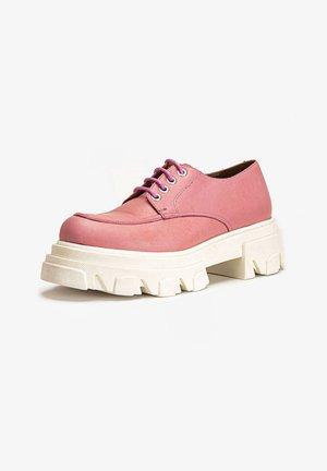 Chaussures à lacets - pink pnk