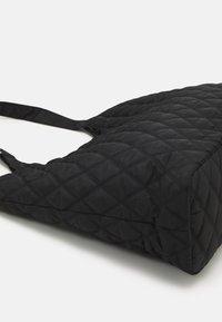 Pieces - PCDOLLI WEEKEND BAG - Weekend bag - black - 4