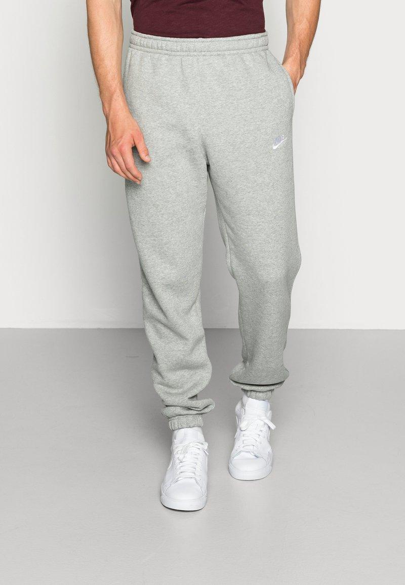 Nike Sportswear - CLUB PANT - Joggebukse - dark grey heather