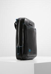 Piquadro - SQUARE CROSS BODY BAG - Across body bag - nero - 3