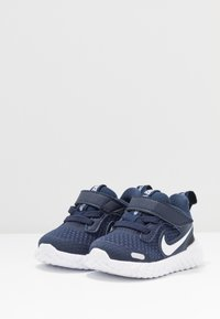 Nike Performance - REVOLUTION 5 UNISEX - Neutrala löparskor - midnight navy/white/black - 3