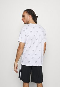 Jordan - JUMPMAN CREW - Print T-shirt - white / smoke grey - 2