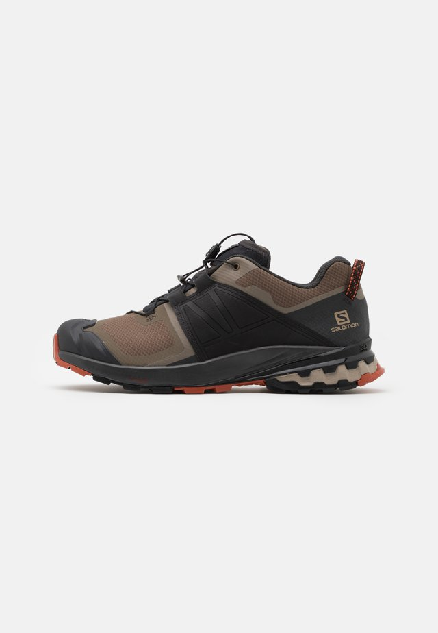 XA WILD - Trail running shoes - bungee cord/phantom/burnt brick