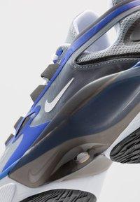 Nike Sportswear - SIGNAL D/MS/X - Zapatillas - particle grey/white/racer blue/black - 6