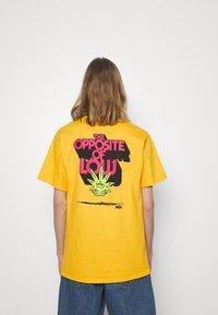 HUF - OPPOSITE OF LOW TEE - Print T-shirt - golden - 2