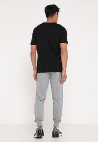 Puma - ESS LOGO PANTS - Jogginghose - medium gray heather - 2