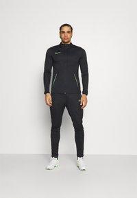 Nike Performance - DRY ACADEMY SUIT SET - Chándal - black/green strike - 0