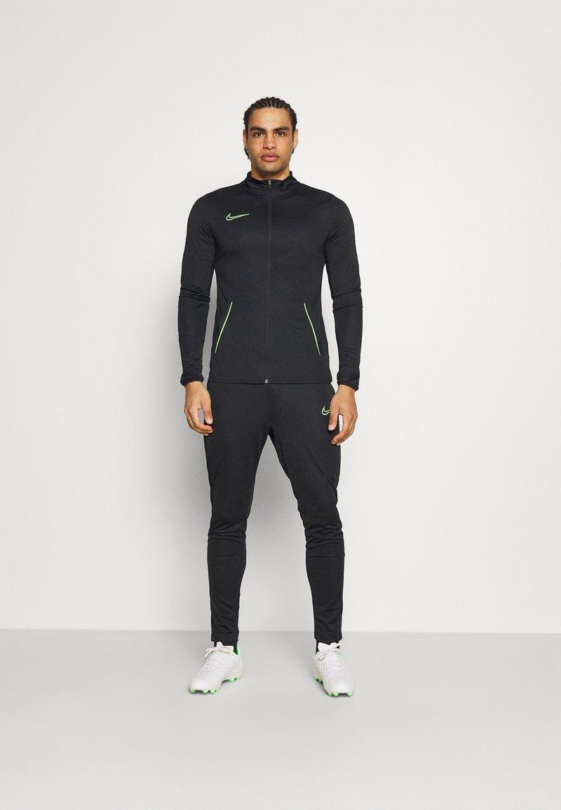 Nike Performance - DRY ACADEMY SUIT SET - Chándal - black/green strike