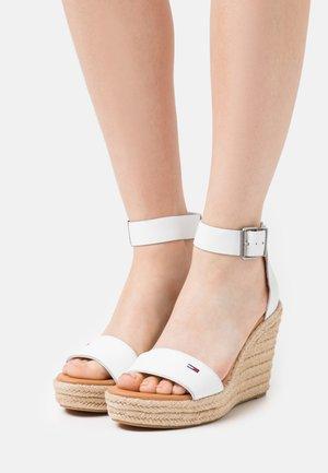ESSENTIAL WEDGE - Sandales à plateforme - white