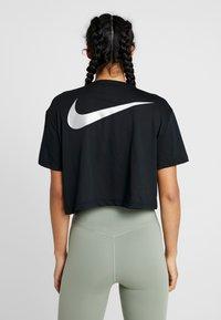 Nike Performance - DRY TEE PRO CROP - Print T-shirt - black/metallic silver - 2