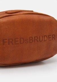 FREDsBRUDER - GÜRTELINCHEN - Across body bag - dark honey - 3