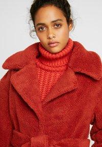 Ivyrevel - BELTED COAT - Płaszcz zimowy - burnt red - 3