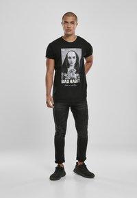 Mister Tee - BAD HABIT - T-shirt med print - black - 1