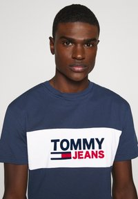 Tommy Jeans - PIECED BAND LOGO TEE - Print T-shirt - twilight navy - 3