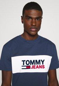 Tommy Jeans - PIECED BAND LOGO TEE - T-shirt z nadrukiem - twilight navy - 3
