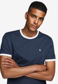 Jack & Jones - KONTRASTDETAIL - Print T-shirt - navy blazer - 5