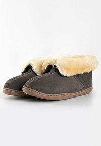 Minnetonka - SHEEPSKIN ANKLE BOOT - Pantoffels - grey - 2