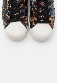 adidas Originals - SUPERSTAR SPORTS INSPIRED SHOES - Baskets basses - core black/offwhite/red - 7