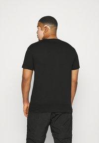 Calvin Klein Jeans Plus - SEASONAL MONOGRAM TEE - T-shirt con stampa - black/andean toucan - 2