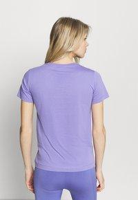 Champion - CREWNECK - T-shirts med print - purple - 2