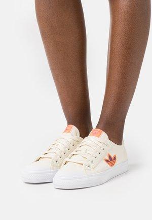 NIZZA TREFOIL - Matalavartiset tennarit - cream white/footwear white/screaming orange