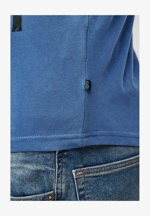 T-shirt print - blue placed print