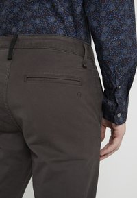 rag & bone - FIT 2 CLASSIC CHINO - Chinosy - grey - 5