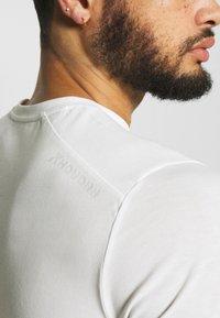 Houdini - BIG UP TEE - T-shirt basic - powderday white - 4