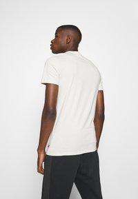 Levi's® - CREWNECK GRAPHIC 2 PACK - T-shirt z nadrukiem - almond milk / blue indigo - 2